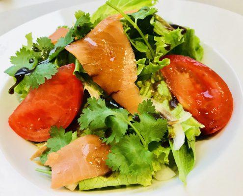 スモークサーモンのサラダ(バルサミコドレッシング和え)